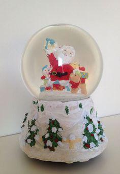 Küçükken içinde dönüp duran minik kar tanelerini seyretmeye doyamadığımız kar küreleri geri dönüyor ahali! Yılbaşı temalı ve nostaljik bir hediye vermek istiyorsanız melodili bu kar küresini düşünmeden sevdiklerinize hediye edebilirsiniz. Ürün detayları için: http://www.buldumbuldum.com/hediye/kar_kuresi_yilbasi_hediyeleri/