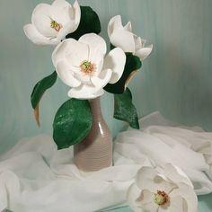 "48 aprecieri, 7 comentarii - Marianne (@marianneweddingdesign) pe Instagram: ""Magnolia grandiflora..💕 #handmade #paperflowers#crepepaperflower #flowers #flori…"" My Flower, Paper Flowers, Magnolia, Vase, Instagram, Plants, Handmade, Home Decor, Hand Made"