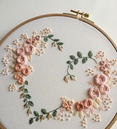 Most recent Photos embroidery art vintage Suggestions Herzform Stickrahmen Kunst Stickerei Embroidery Hearts, Embroidery Flowers Pattern, Simple Embroidery, Embroidery Patterns Free, Hand Embroidery Stitches, Silk Ribbon Embroidery, Crewel Embroidery, Modern Embroidery, Embroidery Hoop Art