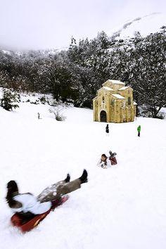 San Miguel de Lillo ©Noé Baranda Around The Worlds, Snow, Outdoor, Lakes, Water Reflections, Greenery, Medieval Castle, Backdrops, Cover Photos