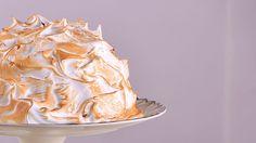 En primer lugar, cubrimos un bol de unos 23 centímetros de diámetro con papel film. Para realizar el relleno de la tarta, vamos a introducir en el bol... Alaska Cake, Tapas, Cupcakes, Relleno, Icing, Peanut Butter, Desserts, Food, Cake Receipe
