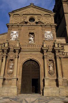Fotografía exterior de la Catedral de Santa María en Calahorra (La Rioja).España. La portada principal, realizada entre 1680 y 1700