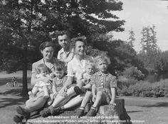 Monner WJG 5951 Laurelhurst Park Harlow Family 6.18.1944 SE Portland Oregon USA photographs bw historic people trees wsl.jpg
