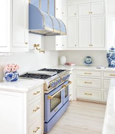 From : Although I am an avid baker, I'll be the first to admit that I am not a chef. But having this beautiful blue focal point has given me new excitement and motivation to not just make mealtime HAPPEN but also to make it special. White Kitchen Appliances, Kitchen Tops, Kitchen Cabinets, Kitchen White, Kitchen Counters, Kitchen Islands, Room Kitchen, Kitchen Trends, Home And Deco