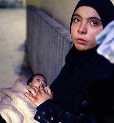 كان مكتوب عالصورة أنها من اليمن وأن الأم مش عارفة ترضعها لأن صدرها نشف من قلة الأكل