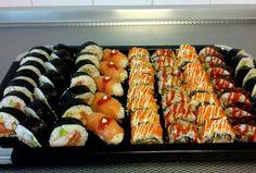 Sushi ♥ Ik heb de bereidingsfoto's van de basis (hoe moet je rollen en vullen), het recept van de garnalen etc. staat hieronder enkel beschreven (zonder foto's dus). Je kunt verschillende sushi soorten maken: Sushi Zalm, Sushi Garnaal, Sushi Surimi, Sushi Tonijn Pittig, Sushi MIX en Callifornia Roll.
