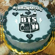 Btw translation of the top it's just a name Adriana I think Birthday Party Themes, Birthday Cake, Birthday Ideas, Army Cake, Bts Cake, Bts Young Forever, Bts Birthdays, Bts Memes, Fondant