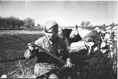 Советский кавалерист осматривает свое оружие — шашку.