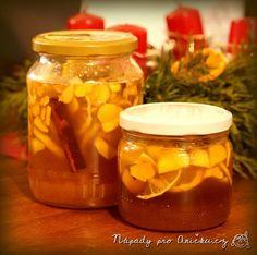 Zázvor, med, citrón a skořice jsou antibakteriální, plné vitamínů, posilují imunitu, pomáhají při nachlazení a dohromady skvěle chutnají. Zázvorový sirup lze vyrobit vařením nebo za studena. Já jsem vyráběla sirup za studena, vydrží kratší dobu, ale zachová si víc účinných látek. Na dvě lahvičky sirupu potřebujeme: cca 2/3 sklenice medu (nejlépe lesní, aby nekrystalizoval)200 g zázvorucitrón Herb Recipes, Home Canning, Natural Medicine, Organic Beauty, Pickles, Cucumber, Diy And Crafts, Mason Jars, Food And Drink
