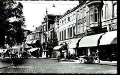 Het begin van de Luttekestraat vanuit het noordoosten. Uiterst rechts op nr. 4 de levensmiddelenzaak van Van Tuil, met boven de markiezen reclame voor Droste bonbons en pastilles en voor Verkade. Voor nr. 6, een filiaal van Centra, staat een bakfiets geparkeerd (in 1934 is grossier Schuitema met deze winkelketen begonnen, de voorloper van C1000). Op nr. 10 restaurant Stegeman, op nr. 12, met de trapgevel, apotheker Kluin. Op nr. 14, het geboortehuis van schrijver-dichter Potgieter.