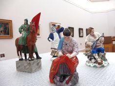 """Ausstellung """"Russische Avanrgarde"""" Porzellanfiguren: u.a. ein Soldat, ein Musiker und eine Frau, die stickt."""