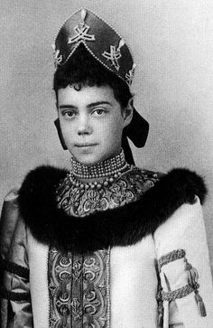 When grand-duchess Xenia Alexandrovna of Russia was photographed here, it seems that she borrowed the necklace from her mother, Empress Maria Feodorovna : the pendants were indeed sewn on her kokoshnik headdress
