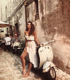 Classy outfit and a Vespa Vespa Girl, Scooter Girl, Mode Outfits, Fashion Outfits, Womens Fashion, High Fashion, Photography Poses, Fashion Photography, Jolie Photo