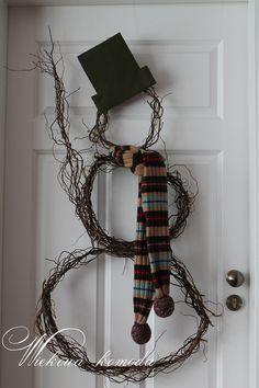 Gałązki złapane w koło , stary szalik , filcu kawałek i drucik do montażu .  http://wiekowakomoda.blogspot.com/