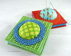 How to Make a Needle Book With a Built-In Pin Cushion - with Plastic Canvas, felt, and a little fabric  http://craftypod.com/2013/06/03/how-make-needle-book-built-pin-cushion