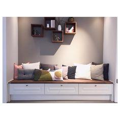 Sittebenk med skuffer. Perfekt for oppbevaringsplass og for et koselig hjørne☺️ #norema #noremakjøkken #sittebenk #puter #dekorskap #interiør #interior #decoration #kitchendesign #kitchen #oppbevaring #tradisjonell #interiørmagasinet #hjem #instahome #design #kjøkken #kjøkkeninspirasjon #home #2016 #kvalitet #drømmekjøkken #instagood