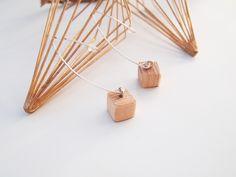 ヒッコリーをはじめ オーク・メイプルなどの木材から作られたドラムスティック。折れにくいよう木目にそって棒状に形成されているので、断面には綺麗な木目が表れます。その木目を活かしたまま すべて手作業で切り出し、滑らかな肌触りのウッドパーツへと加工しています。 こちらのフックピアスは、約1cm四方のキューブ型に削りだした木製ドラムスティックと変色しにくくアレルギー反応も起こりにくいシルバー製のジャーマンスクエアワイヤーで出来ています。ドラムスティックのキューブは、滑らかにヤスリがけしたヒッコリーの暖かみをお楽しみ頂ける 無塗装の素地仕上げでお作りいたします。シルバーワイヤーは、約0,8ミリ線径のハーフハードタイプを使用しております。落下・紛失防止のため樹脂製キャッチをお付けします。ご希望に応じて、もう一回り細い0,6ミリのワイヤーにてお作りすることも可能ですが、その分ワイヤーそのものの強度は若干下がってしまいます。ご理解ご了承の上、ご注文の際備考欄にてお申し付けください。《For Foreigner》Please make sure that you need to choose…