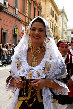 a rosary toting beauty in procession, Sardegna Italy Italy Culture, Costumes Around The World, Folk Clothing, Italian Women, Sardinia Italy, Beautiful Costumes, Ethnic Dress, Folk Costume, People Of The World