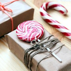 Not into traditional red and green wrapping paper or prancing reindeer? These modern gift wrap ideas will make any holiday presents look more sophisticated and stylish. Christmas Gift Wrapping, Christmas Fun, Beautiful Christmas, Green Wrapping Paper, Diy Holiday Gifts, Holiday Ideas, Simple Gifts, Gifts For Mum, Wraps
