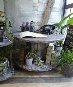 ケーブルドラムを手に入れたらまずはテーブルにリメイクしたい☆|LIMIA (リミア) Diy Furniture Decor, Barn Wood Crafts, Vintage Gardening, Backyard Privacy, Decoration, Indoor Plants, Diy And Crafts, Table, Sweet Home