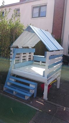 house-games-children-in-pastel-blue-and-white-m . house-games-children-in-pastel-blue-and-white-furniture-garden-in-pallet-external-play-spaces Making Pallet Furniture, Pallet Garden Furniture, Outdoor Furniture Sets, Furniture Ideas, Pallet Sofa, White Furniture, Girls Furniture, Furniture Design, Pallet Benches