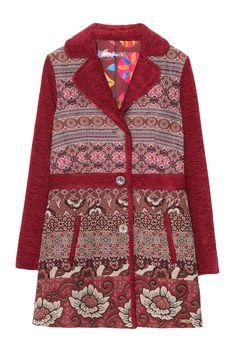 Il mio regalo preferito! Lungo cappotto rosso Desigual con motivi etnici. Il tessuto è morbido e caldo. Super!
