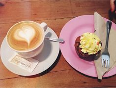 Café con leche con cupcake de chocolate en Cup & Cake - Barcelona