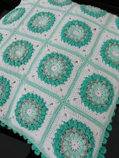Lovely cushion @ Renate's haken en zo:  with links to free patterns for square and bobble edging