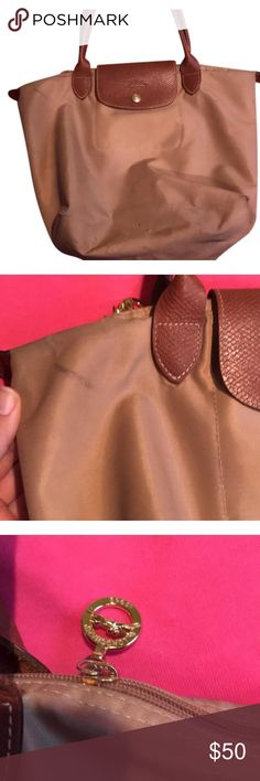 Longchamp medium beige bag! Beige Longchamp medium bag! Gently worn with some scuff marks. 100% authentic! Bags Shoulder Bags