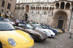Le 911 pronte a farsi ammirare nel centro di Modena #50anni911 #porsche911 #modenacentooreclassic