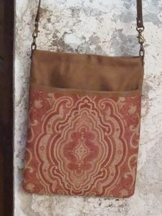 Bandolera de Antelina de color marrón camel con bolsillo exterior de tapicería adamascada y asa de piel marrón