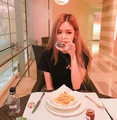 Your source of news on YG's current biggest girl group, BLACKPINK! Yg Entertainment, Mamamoo, K Pop, Foto Rose, Jimin, Rose Park, Kim Jisoo, Blackpink Photos, Rose Photos