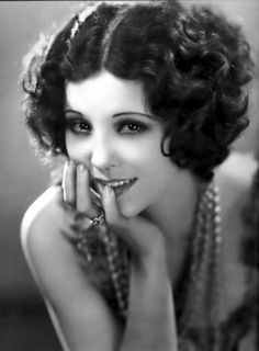 Holiday makeup looks; promo makeup looks; wedding makeup looks; makeup looks for brown eyes; glam makeup looks. Great Gatsby Hairstyles, Retro Hairstyles, Wedding Hairstyles, Vintage Glamour, Vintage Beauty, Vintage Fashion, Flapper Hair, 1920s Hair, Maquillage Goth