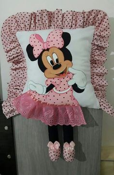 Almofada minie Mickey Mouse Gloves, Mickey Minnie Mouse, Felt Crafts, Diy And Crafts, Crafts For Kids, Book Pillow, Felt Baby, Baby Pillows, Disney Fun