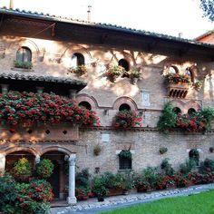 Scorci perugini.  #perugia2019 foto di @luca_preziosi Small Space Interior Design, Environmental Art, Toscana, Pent House, Stunning View, Italian Style, Townhouse, Beautiful Places, Italy