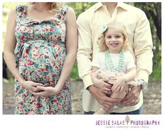 Adorable maternity pose. Maternity photo idea #togally #maternity #maternityphoto www.togally.com