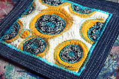 adorable pot holders made from a pair of blue jeans. i think i might be able to do this. i think. :)  thank you alisaburke.blogspot.com for the amazing inspiration!