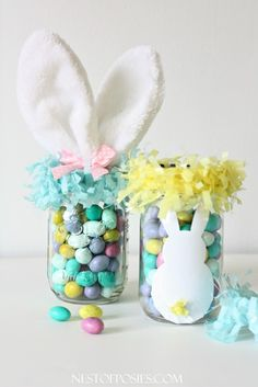 10 Cute Easter Treats In A Jar - Make these cute Easter Treats In a Jar in no time. These are great for gifts or adding to Easter baskets! Mason jar crafts, Easter basket ideas, DIY Easter Treats, DIY gift ideas for Easter, Easter crafts Easter Candy, Hoppy Easter, Easter Gift, Easter Treats, Easter Eggs, Easter Decor, Pot Mason Diy, Mason Jar Crafts, Mason Jars