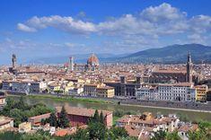 Panorámica de una de las ciudades más bellas de Italia. Sobre los tejados destacan las siluetas de la Catedral, con la torre de Giotto; la torre de Arnolfo perteneciente al Palacio Vecchio que con sus 94 metros de altura es otro de los emblemas de la ciudad; o la Santa Croce.