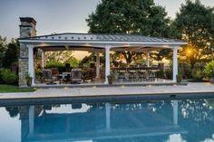 piscine avec cuisine exterieure couverte toit barbecue four meubles de jardin fer forgé Four, Barbecue, Mansions, House Styles, Outdoor Decor, Home Decor, Gardens, Relaxing Places, Modern Pools
