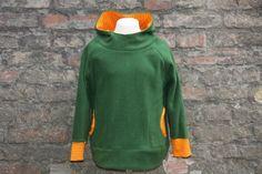 Fleecepullover in Grün mit orange-gelbem Streifenjersey als Fütterung der Kapuze, der Taschen und als Bündchen.    Der Pullover ist nach dem Schnit...