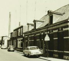 jaren 50: Radstakeweg hoek Lange Zandstraat op de achtergrond de schoorsteen van Ankersmit.