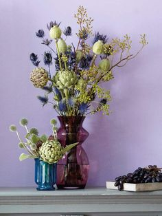 Bristly Beauty Symphony in Blue and Green: artichokes, poppy stalks and holly can be combined in a wildly romantic high glass vase. Details: the small, perfectly color-coordinated ball vase with thistle, artichoke and mullein leaves