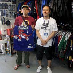 【新宿2号店】 2013年5月12日 本日はクマガイ様と一緒にツーショット☆今月の一押しアイテムのNBAソウルスウィングマンユニフォームをご購入♪次回もスポーツ観戦のお話楽しみにしています! #nba