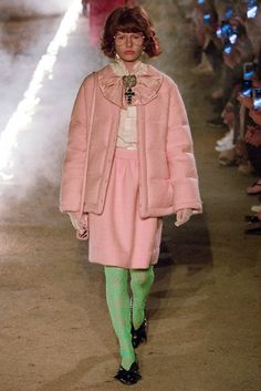 See all the Collection photos from Gucci Spring/Summer 2019 Resort now on British Vogue Gucci Fashion, Pink Fashion, Fashion Week, Runway Fashion, Winter Fashion, Cruise Fashion, Mode Rose, Gucci Spring, Spring Summer