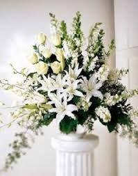 Ejm: arreglos flores iglesia - 2 costados del frente con blancas, moradas y lilas.