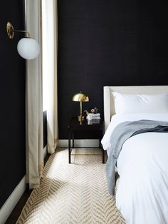 Tribeca Loft By Nune Slaapkamer Dark Bedroom Walls Home Black And White Interior, White Interior Design, Home Interior, Interior Decorating, Interior Office, Dark Bedroom Walls, Bedroom Black, Dark Walls, Linen Bedroom
