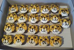 Cheetah cupcakes                                                                                                                                                                                 More Cheetah Cupcakes, Cheetah Birthday Cakes, Safari Theme Birthday, Safari Party, Cat Birthday, 6th Birthday Parties, Birthday Ideas, Cheetah Party, Zoo Cake
