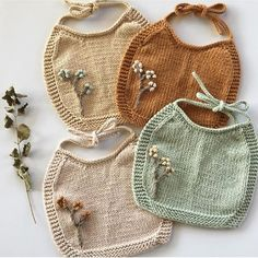 We're seriously drooling over these bibs. Knitted Baby Clothes, Cute Baby Clothes, Crochet Clothes, Knitted Hats, Knitting For Kids, Baby Knitting Patterns, Baby Patterns, Crochet Patterns, Baby Clothes Patterns