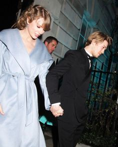 Taylor Swift and her British actor boyfriend Joe Alwyn, who was in The Favourite, were spotted holding hands in public — a rare move! — after the BAFTA awards in London, the same night as the Grammy Awards. Taylor Swoft, Taylor Alison Swift, She Is Gorgeous, British Actors, Celebs, Celebrities, People Like, Queens, Boyfriend